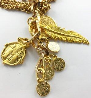 Sterke goudkleurige ketting met munten en veren bedeltjes