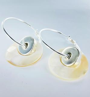 Verzilverde oorbellen met natuurlijke schelp-ringen